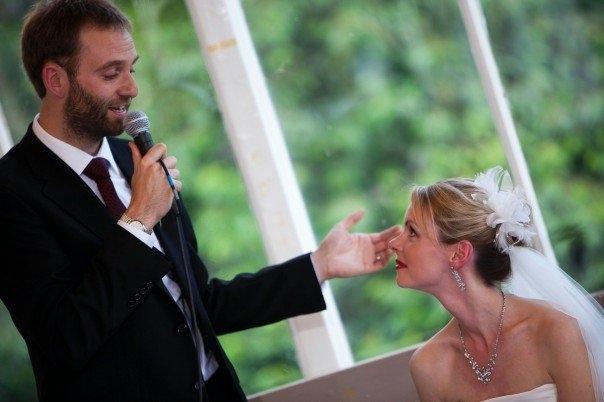 結婚式での友人スピーチ、感動必至の文章例